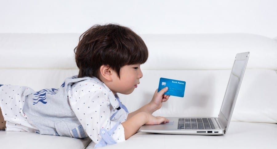 Niño con tarjeta de crédito