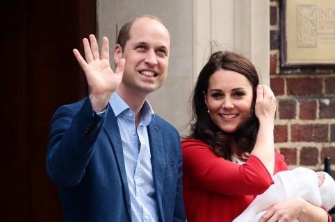El príncipe William y Kate Middleton con su tercer hijo.