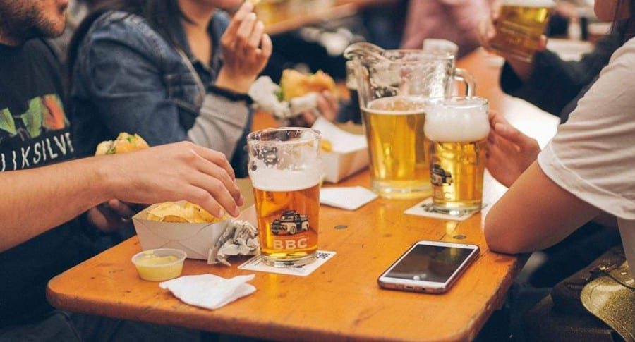 Tomando cerveza