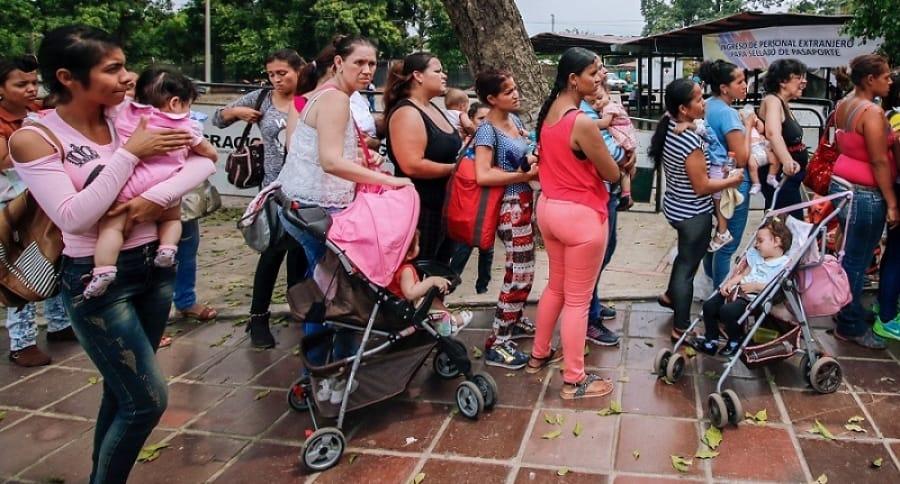 Fila de personas que intentan ingresar a Colombia