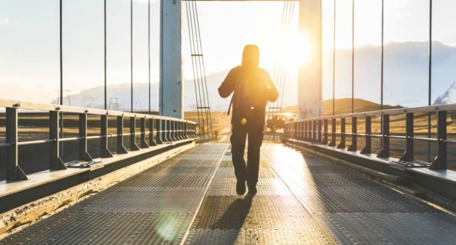 Hombre camina sobre un puente.