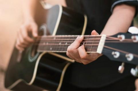 Video de hombre tocando la guitarra mientras conduce