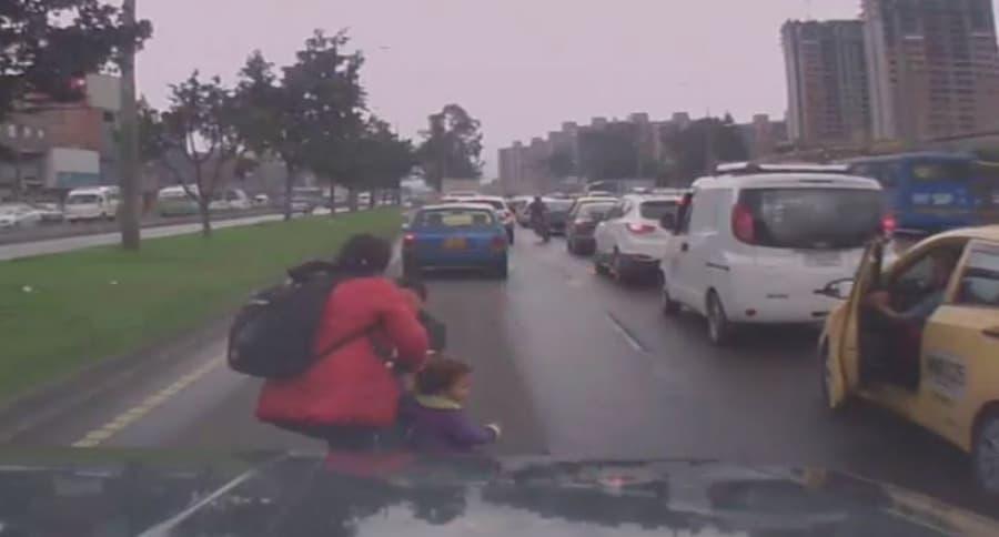 Mujer cruzando la avenida