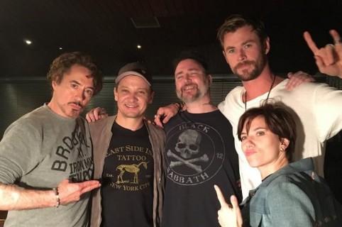 Robert Downey JR., Jeremy Renner, Josh Lord, Chris Hemsworth y Scarlett Johansson