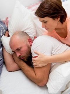 Mujer consolando a su esposo