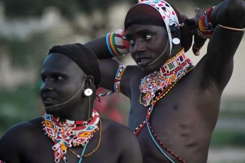Bailarines representan a pastores de Kenia