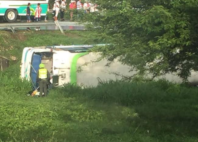 Bus de la caravana de Germán Vargas Lleras accidentado.