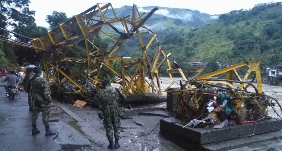 Puente Simón Boliíar destruido en Puerto Valdivia