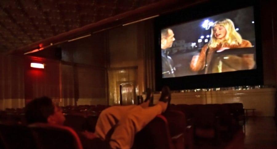 Hombre en teatro porno