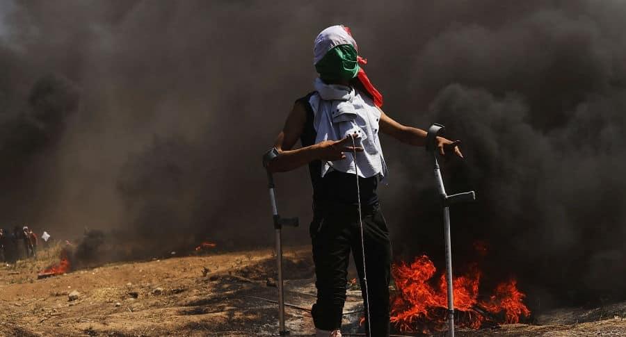 Palestino en la frontera con Israel