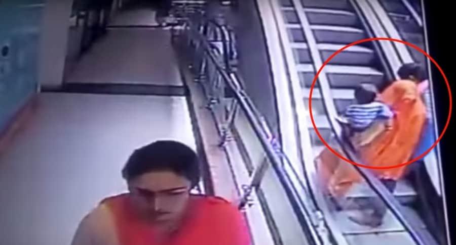 Bebé cae de escaleras eléctricas