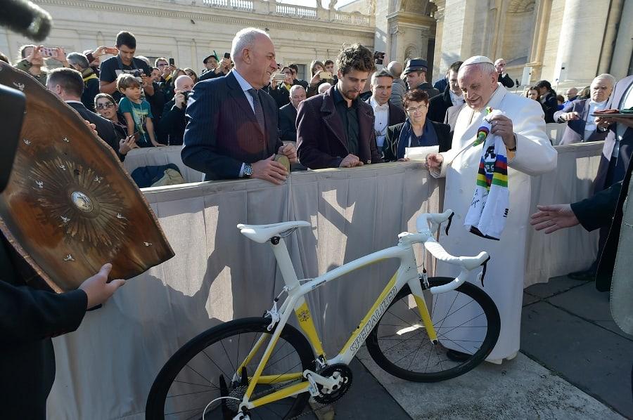 Sagan obsequia una bicicleta al papa Francisco