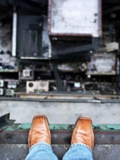 Hombre en el borde de un edificio.
