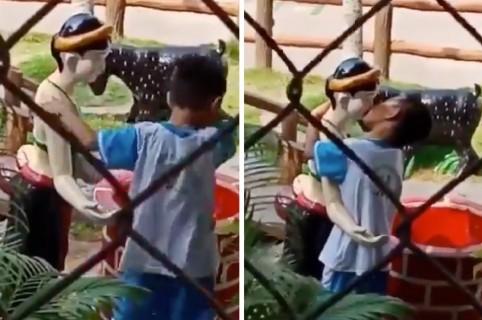Niño besando estatua
