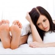 Mujer aburrida en la cama