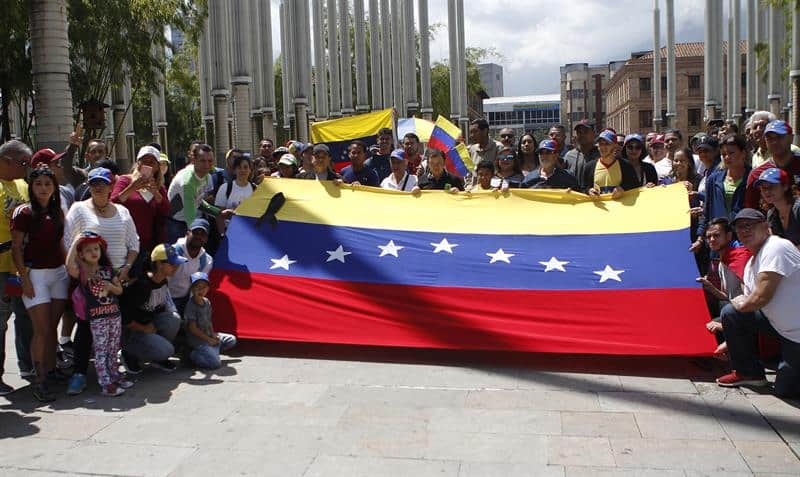 Manifestantes venezolanos en Medellín