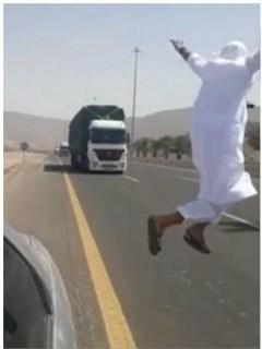 Árabe salta hacia camión.