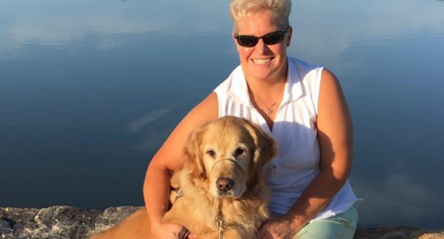 Mujer ciega con su perro guía.