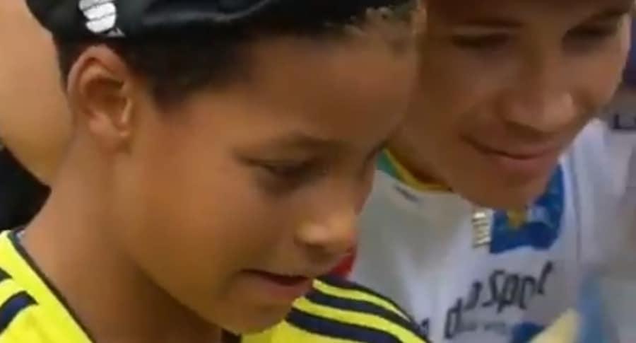 Niño colombiano con 'Supermán' López