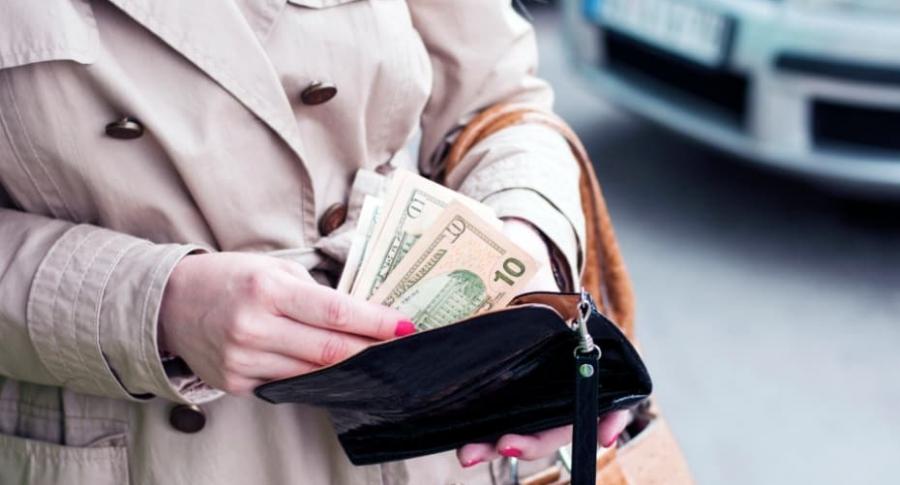 Mujer con billetes.