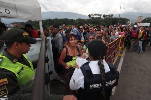Venezolanos cruzando el puente internacional Simón Bolívar