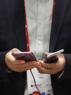 Hombre con dos celulares