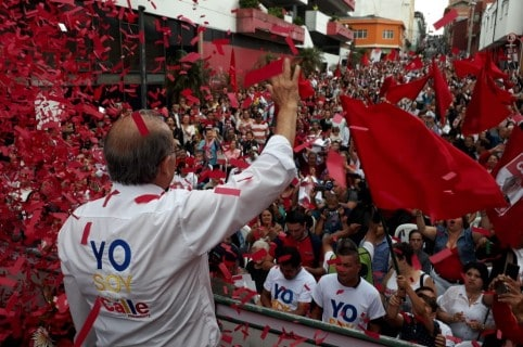 Humberto de la Calle con seguidores