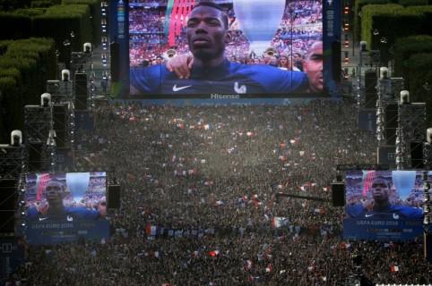 Hinchas de Francia, pantalla gigante, fanzone