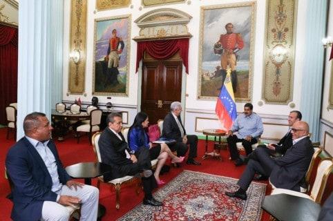 Nicolás Maduro con gobernadores opositores