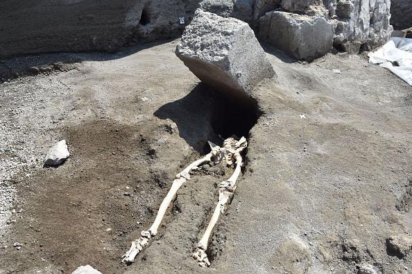 Esqueleto bajo roca en Pompeya