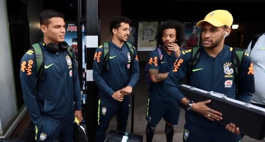 Jugadores de Brasil esperando el tren