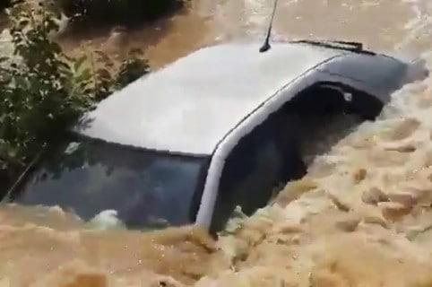 Carro en inundación