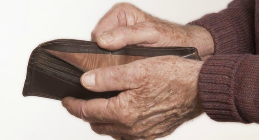 Abuelo con billetera vacía.