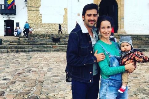 Los actores Variel Sánchez y Estefanía Godoy con su hijo Valentín.