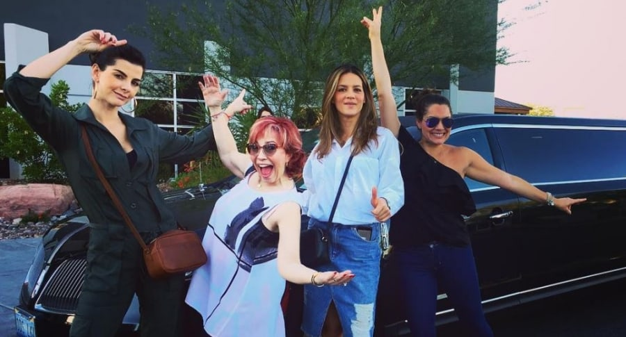 Carolina Cruz, Yaneth Waldman y Jessica de la Peña, presentadoras, junto a Ángela Cardozo, modelo.