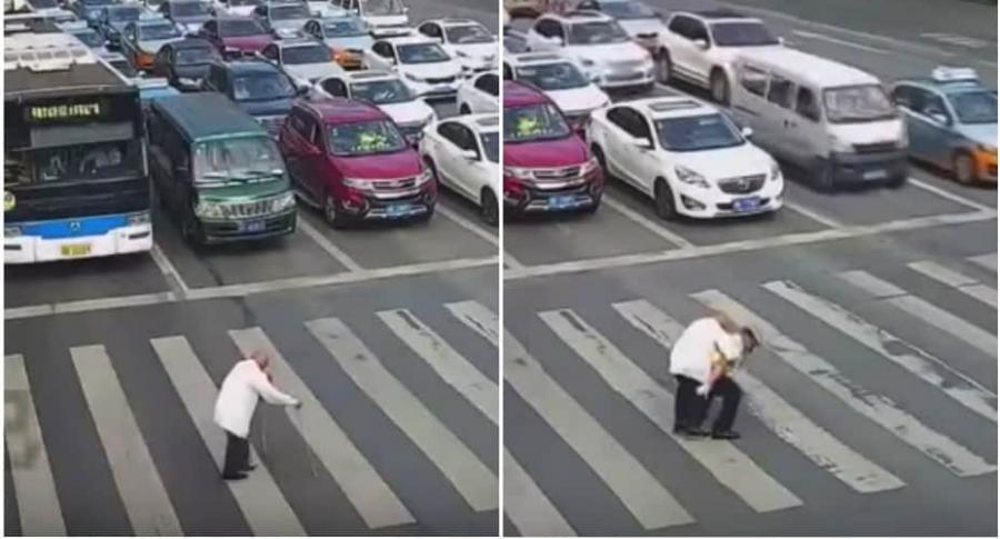 Policía carga a anciano.