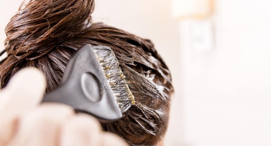 Mujer tinturándose el cabello