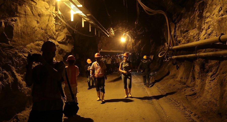 Trabajadores en un túnel de la presa de Hidroituango