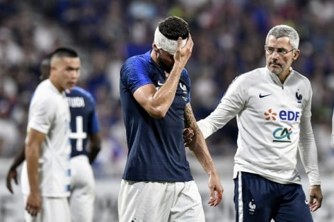 Olivier Giroud tras el choque con Matthew Miazga