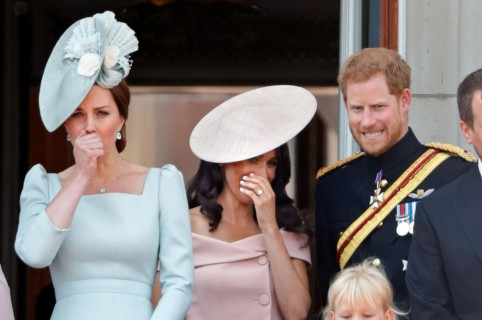 Príncipe Harry  le sopló  a Meghan cuándo hacer reverencia a la reina  Isabel II eb3d263a091