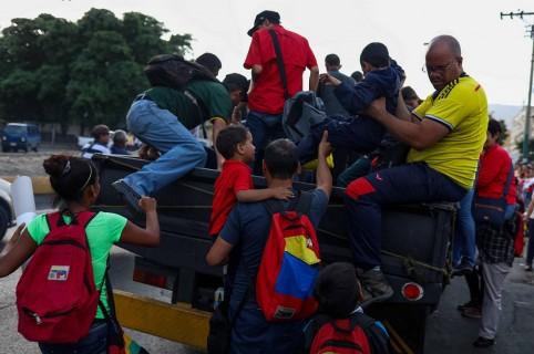 "Subidos en ""perreras"", venezolanos sufren colapso de sistema de transporte"