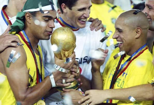 Denilson y Roberto Carlos con el trofeo del Mundial