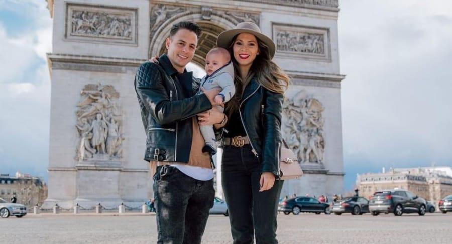 Santiago Arias, futbolista, con su esposa Karin Jiménez, modelo, y su hijo Thiago.