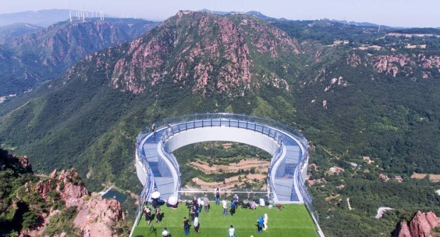 Puente de cristal en la montaña Fuxi