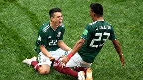 Hirving Lozano celebra el gol con  Jesús Gallardo