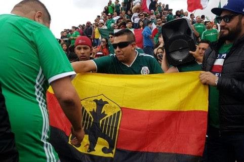 Mexicanos en la Glorieta de  Cuauhtémoc de Tijuana