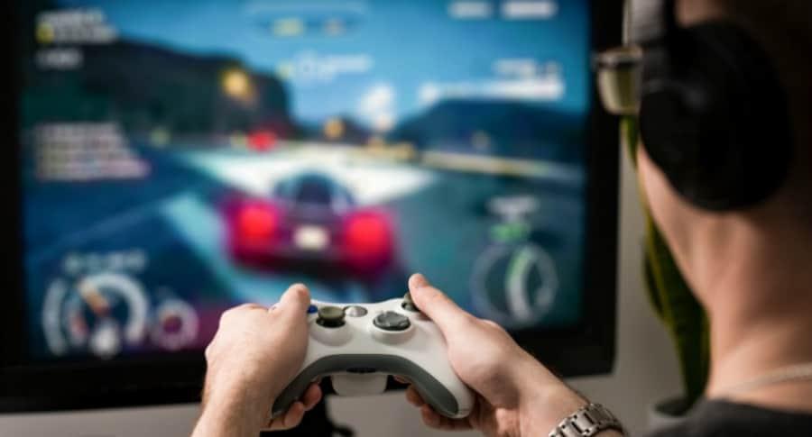 Hombre jugando videojuegos.