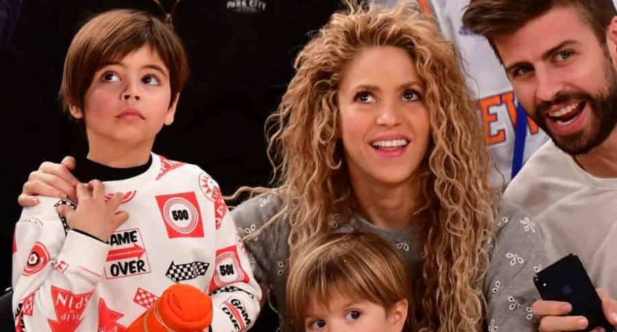 Shakira, cantante, con su pareja Gerard Piqué, futbolista, y sus hijos, Milan y Sasha.