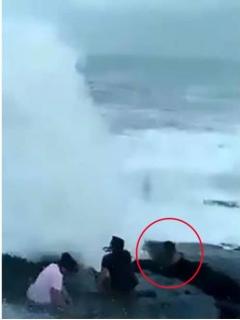 [Video] Hombre muere ahogado tras ser derribado y arrastrado por enorme ola