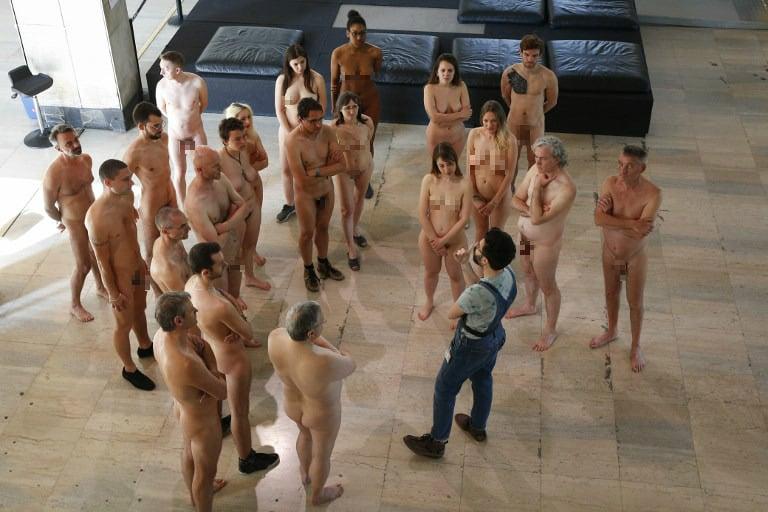 Nudistas en el Palacio de Tokio, en París.